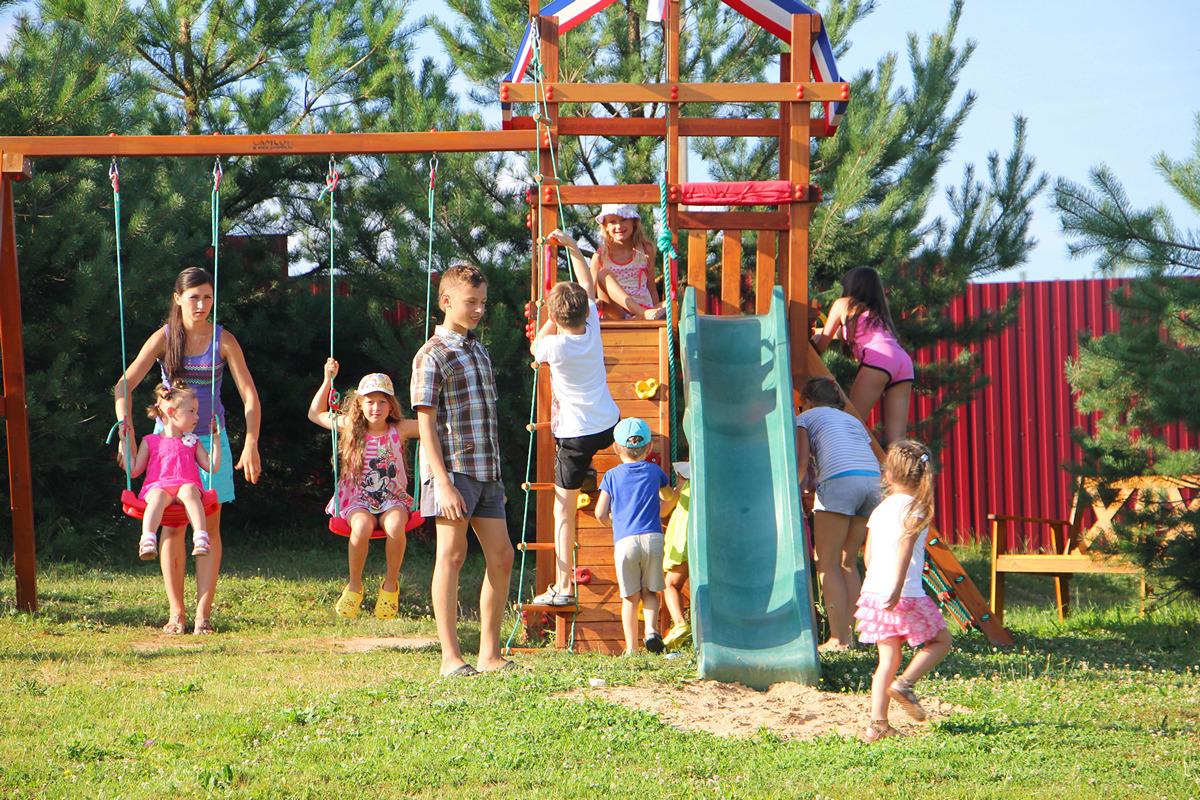 Детская площадка летом на Сынтульской слодобе