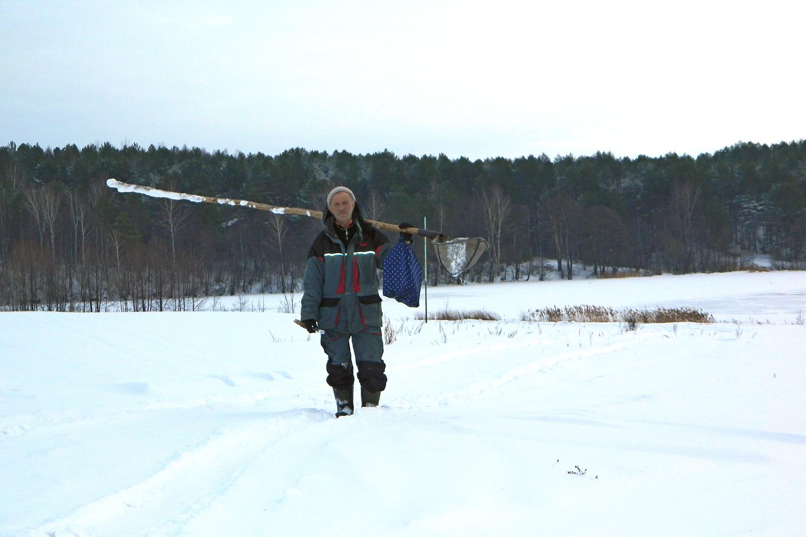 Возвращение рыбака с зимней рыбалки с озера Сынтул